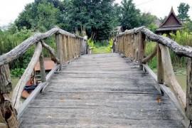 木桥上的铁钉
